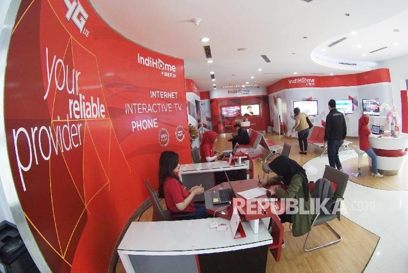 Grapari Telkom Grup: Suasana pelayanan Grapari Telkom Group, di Jl Lembong, Kota Bandung, Senin (23/2).