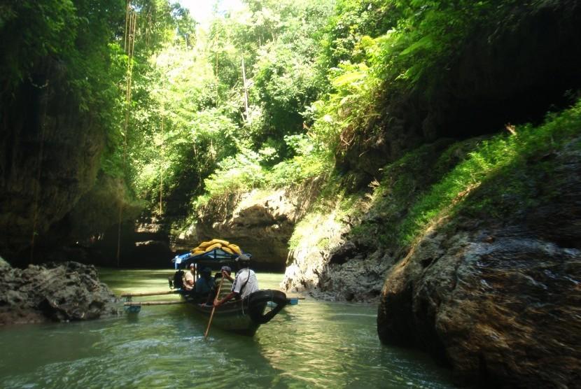 Green Canyon mempunyai sungai jernih berwarna hijau tosca. Bahkan pada bulan Juli, kita bisa menangkap ikan dengan mudah karena kejernihan sungainya.