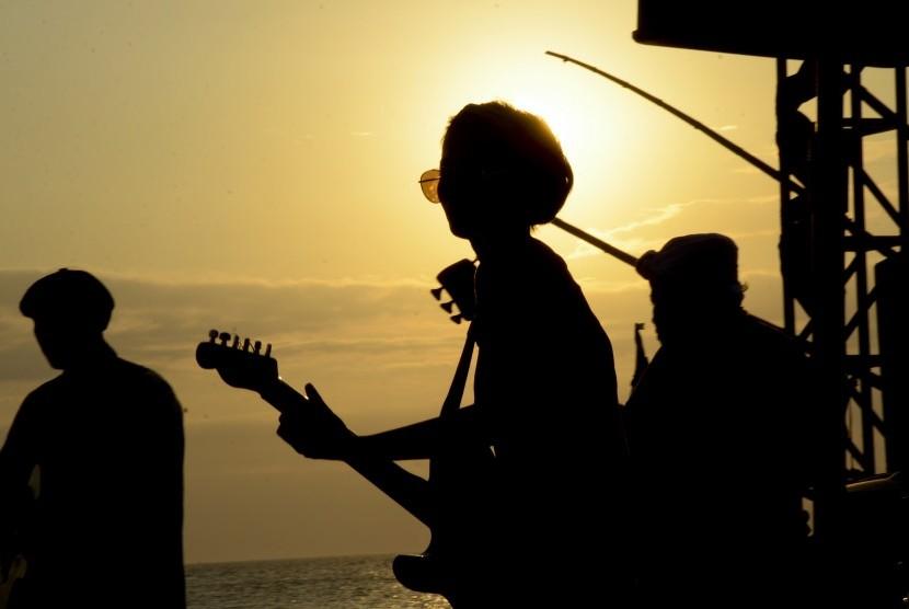 Grup musik Amy Kurniawan & friends dari Bandung menghibur penonton pada pagelaran Senggigi Sunset Jazz 2017 di Pantai Senggigi, Batulayar, Lombok Barat, NTB, Jumat (22/9).