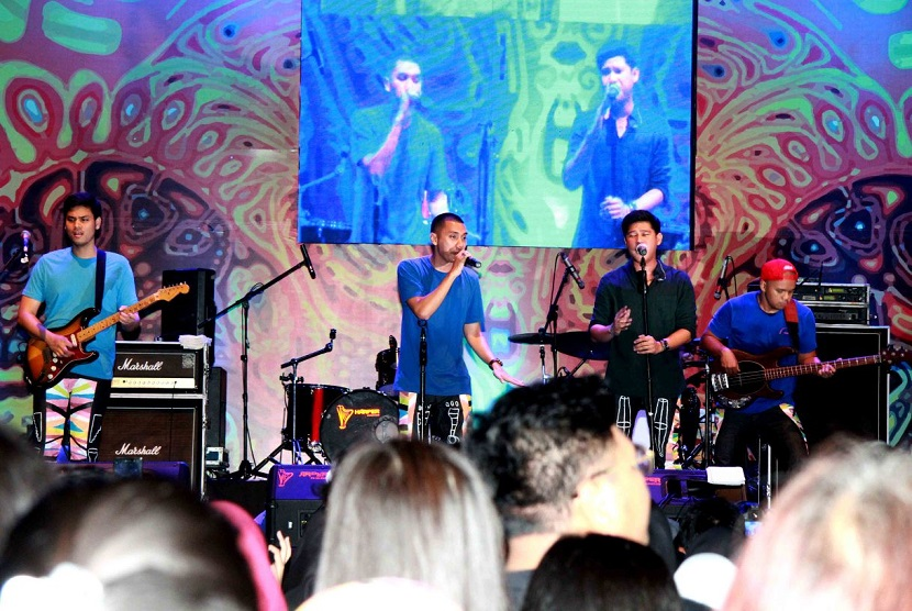 Grup musik RAN tampil di acara penutupan