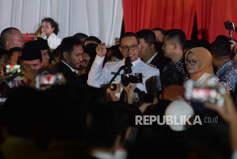 Gubernur DKI Jakarta Anies Baswedan memberikan sambutan acara pesta rakyat pelantikan gubernur dan wakil gubenrur DKI Jakarta Anies-Sandi di halaman Balai Kota, Jakarta, Senin (16/10) malam.
