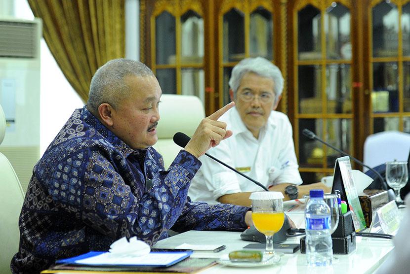 Gubernur Alex Noerdin saat menerima Hasan Turcahyo, pimpinan proyek TJJS Palembang-Indralaya di Griya Agung, Rabu (1/3).