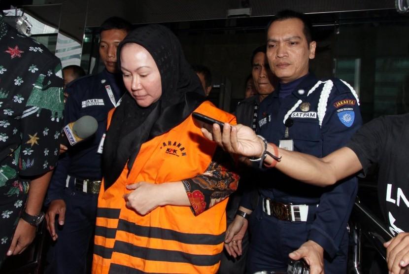 Gubernur Banten Ratu Atut Chosiyah seusai menjalani panggilan pemeriksaan ,di gedung KPK, Jakarta, Jumat (27/12).