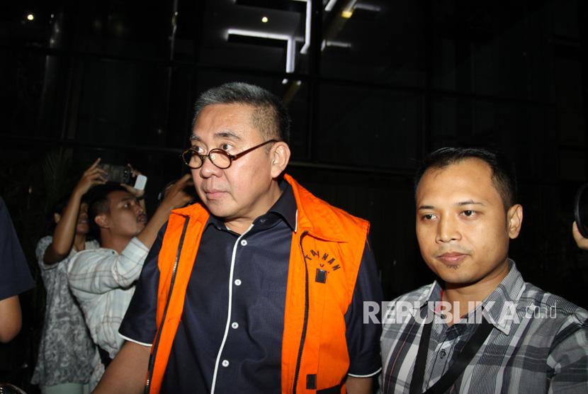 Gubernur Bengkulu nonaktif Ridwan Mukti (tengah) berjalan menuju mobil tahanan seusai diperiksa di gedung KPK, Jakarta, Kamis (20/7).