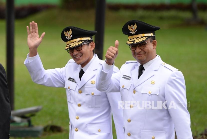 Gubernur DKI Jakarta Anies Baswedan dan Wagub DKI Jakarta Sandiaga Uno menuju Istana Merdeka, Jakarta, Senin (16/10).