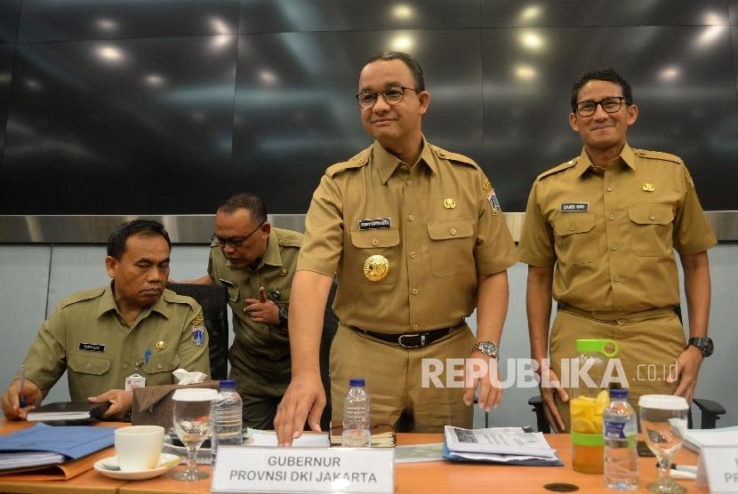 Gubernur DKI Jakarta Anies Baswedan dan Wakil Gubernur Sandiaga Uno usai rapat pengenalan SKPD di Ruang Pola Blok G, Balai Kota, Jakarta, Selasa (17/10).