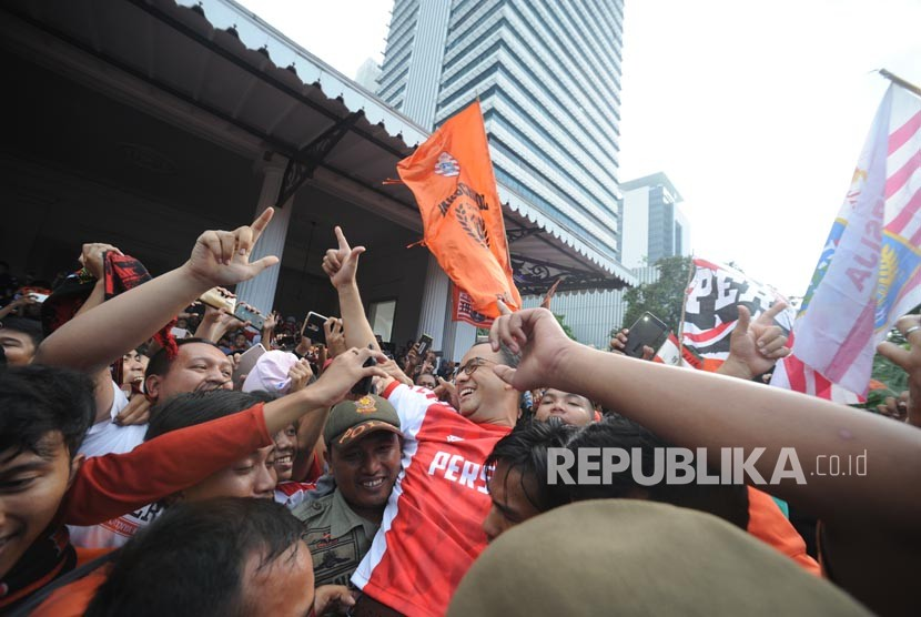 Gubernur DKI Jakarta Anies Baswedan diarak oleh the jak mania di halaman Balaikota DKI Jakarta, Ahad (18/2).