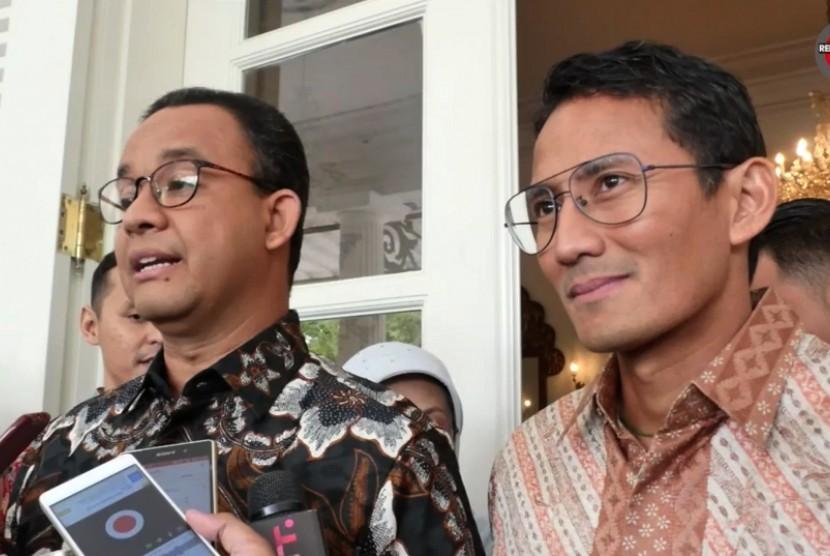 Gubernur DKI Jakarta Anies Baswedan (kiri) dan Wakilnya, Sandiaga Uno (kanan)