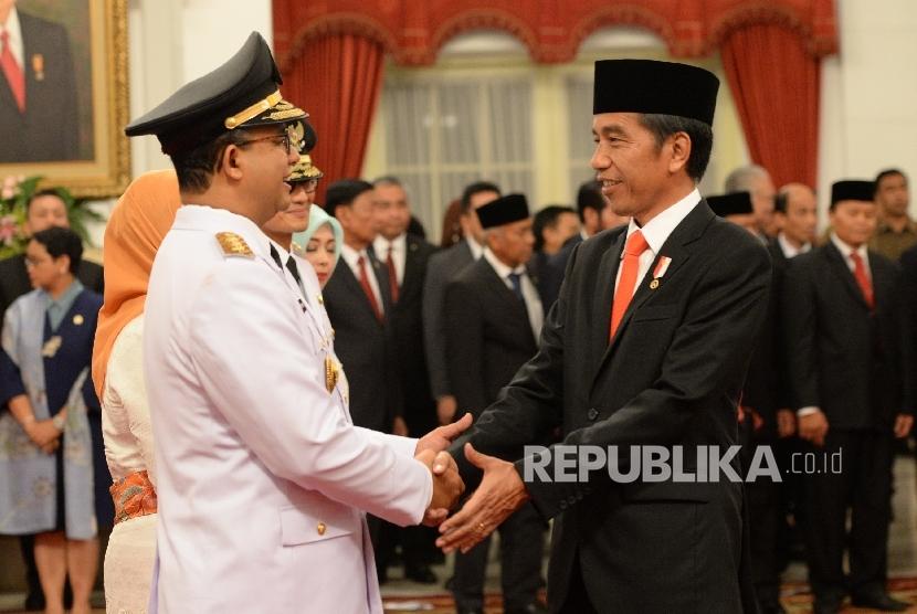 Gubernur DKI Jakarta Anies Baswedan (kiri) dan Presiden Joko Widodo (kanan)