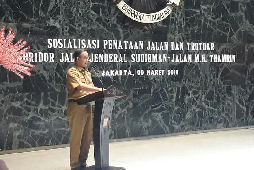 Gubernur DKI Jakarta Anies Baswedan memaparkan konsep baru penataan jalan dan trotoar Sudirman-Thamrin di Balai Kota, Selasa (6/3).