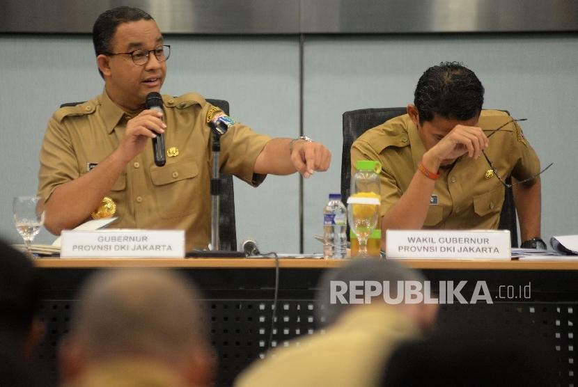 Gubernur DKI Jakarta Anies Baswedan memberikan tanggapan saat rapat pengenalan SKPD di Ruang Pola Blok G, Balai Kota, Jakarta, Selasa (17/10)
