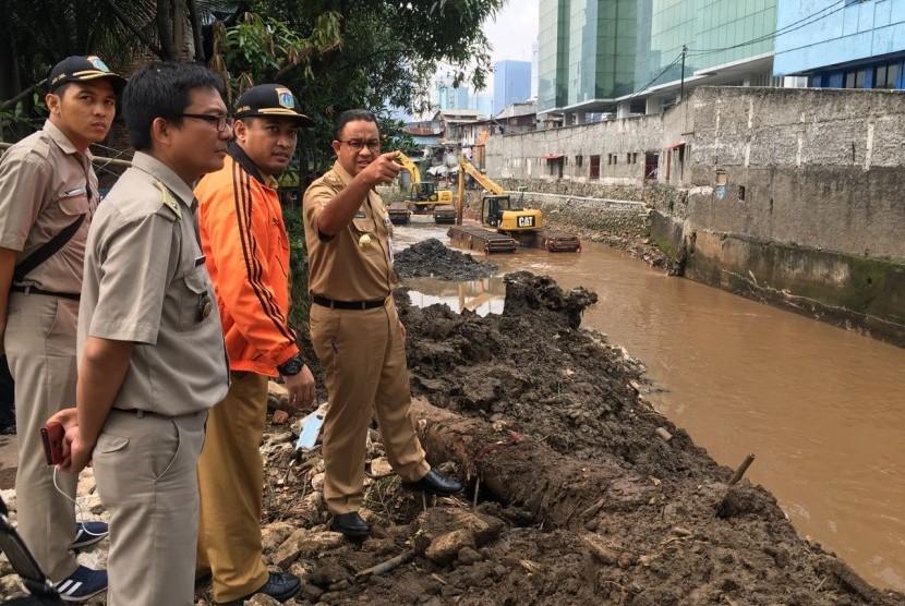 Gubernur DKI Jakarta Anies Baswedan meninjau pengerjaan pengerukan Kali Krukut di Jakarta Selatan.