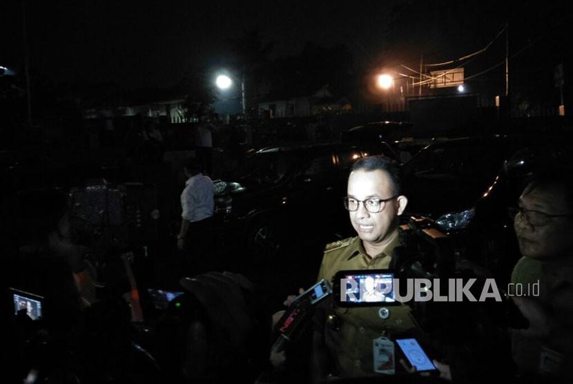 Gubernur DKI Jakarta, Anies Baswedan meninjau Pintu Air Manggarai untuk kali kedua, malam hari, Senin (5/2).