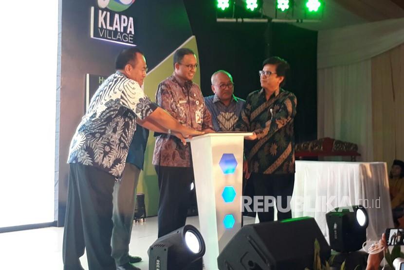 Gubernur DKI Jakarta Anies Baswedan menjadi peletak batu pertama (ground breaking) pembangunan rumah susun Klapa Village di Pondok Kelapa, Duren Sawit, Jakarta Timur, Kamis (18/1).