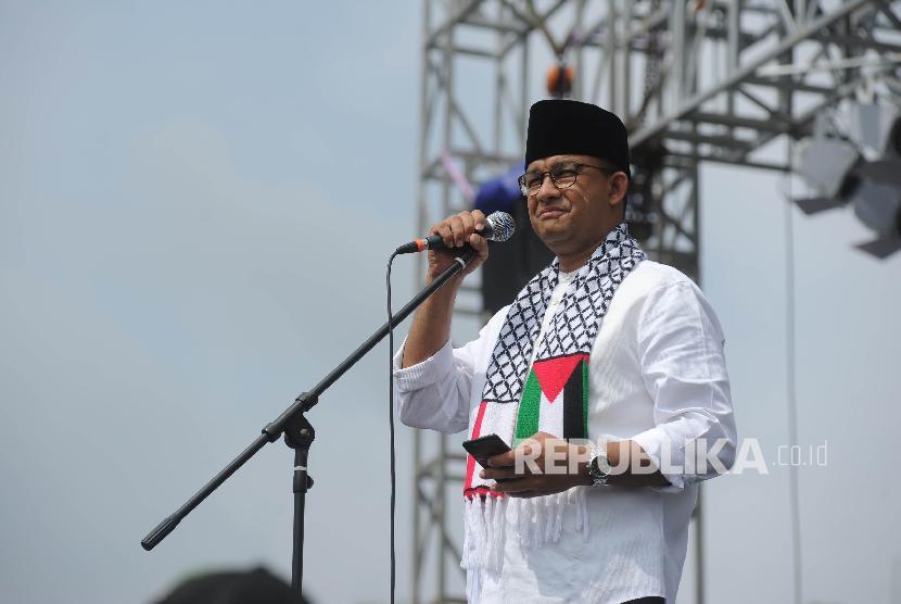 Gubernur DKI Jakarta Anies Baswedan menyampaikan pendapat dalam aksi solidaritas Palestina di Monumen Nasional, Jakarta, Ahad (17/12).