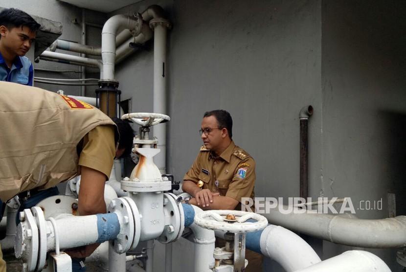 Gubernur DKI Jakarta Anies Baswedan merazia Hotel Sari Pan Pacific di Jalan MH Thamrin, Senin (12/3). Dalam razia penegakan aturan terkait penggunaan air tanah dan pengolahan air limbah tersebut Anies menyebut banyak yang dilanggar pihak manajemen hotel.