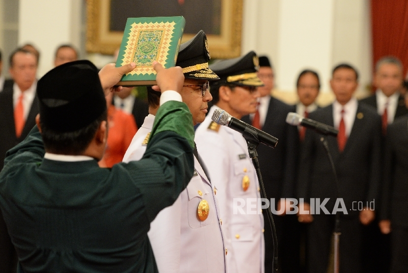 Governor of DKI Jakarta Anies Baswedan (left) together with deputy governor Sandiaga Uno were taking of the oath of office during the inauguration ceremony led by President Joko Widodo at the State Palace, Jakarta, Monday (October 16).