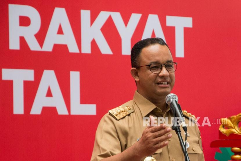 Gubernur DKI Jakarta Anies R Baswedan menyampaikan sambutannya pada peresmian pasar rakyat dan UMKM Go Digital di Pasar Modern Mayestik, Jakarta, Selasa (19/12).