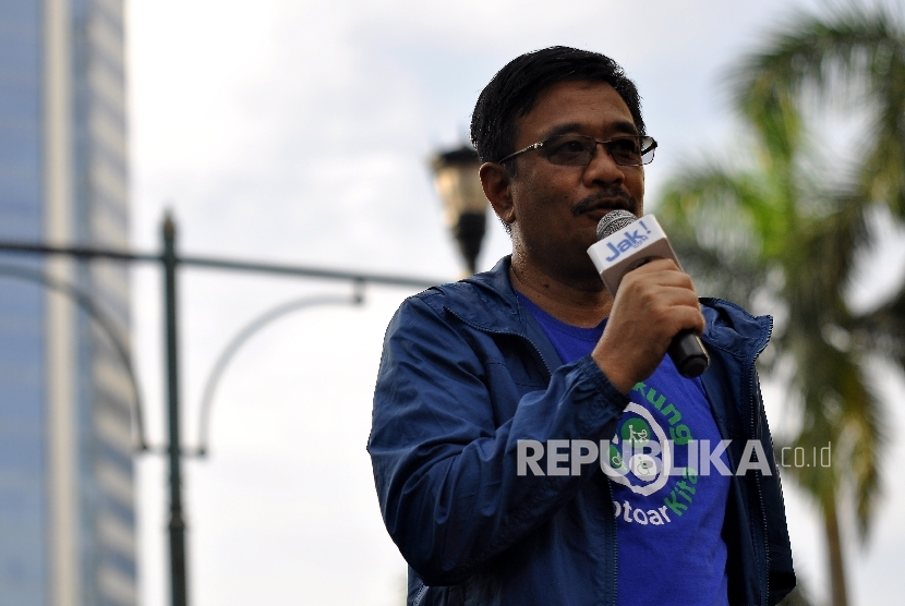 Gubernur DKI Jakarta Djarot Saiful Hidayat memberikan sambutan dalam acara pencanangan Penataan Ulang Jalur Pedestrian Sudirman-Thamrin #TrotoarKita di area Car Free Day di Bundaran HI, Ahad (8/10).