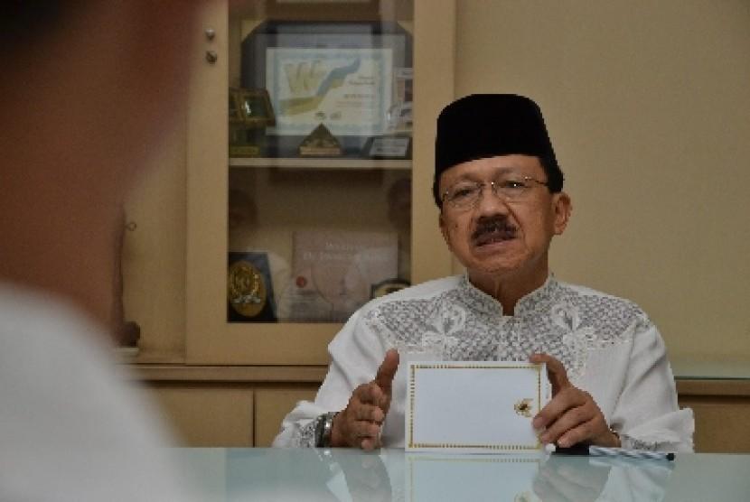 Gubernur DKI Jakarta Fauzi Bowo sedang memberikan penjelasan saat diskusi dengan Redaksi Harian Republika di Jakarta, Jumat (3/8). Dalam penjelasannya Foke mengungkapkan sejumlah persoalan di DKI antara lain mengenai kemiskinan dan E-KTP.