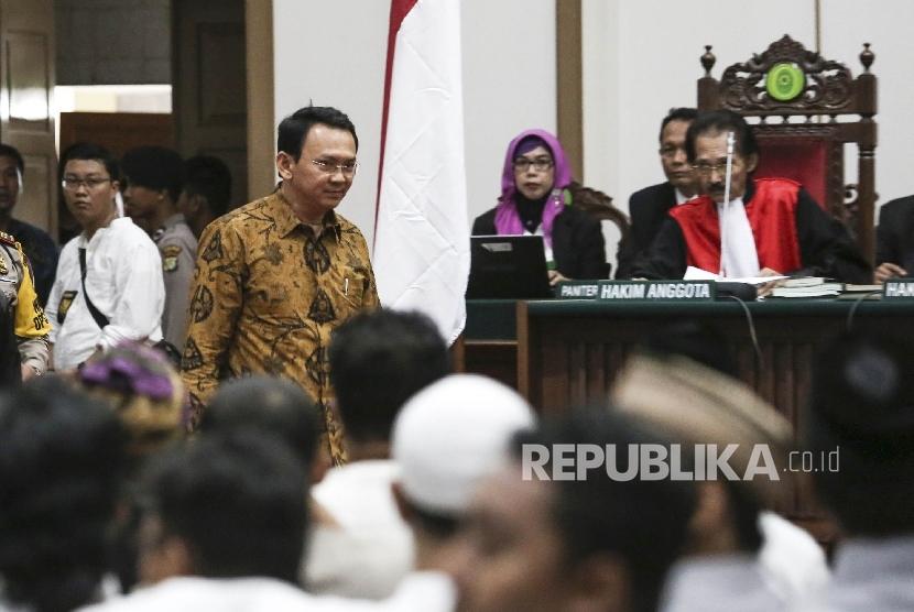 Gubernur DKI Jakarta non aktif Basuki Tjahaja Purnama (Ahok) menjalani sidang lanjutan dengan agenda pemeriksaan saksi atas kasus dugaan penisataan agama di auditorium Kementrian Pertanian, Jakarta, Selasa (3/1).