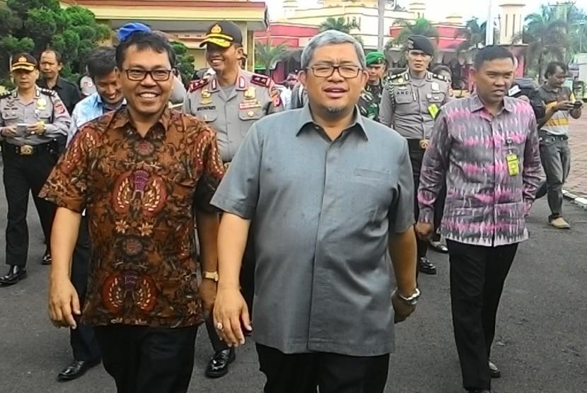 Gubernur Jabar Ahmad Heryawan dan Ketua Bawaslu Jabar Harminus Koto.