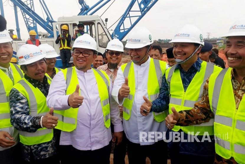 Gubernur Jabar Ahmad Heryawan didampingi sejumlah pejabat dan pihak terkait mengacungkan jempol pada acara ground breaking Masjid Raya Al Jabbar Provinsi Jabar yang bisa menampung 60 ribu jamaah dan dibangun terapung di atas danau di Kawasan Gedebage Kota Bandung, Jumat (29/12).