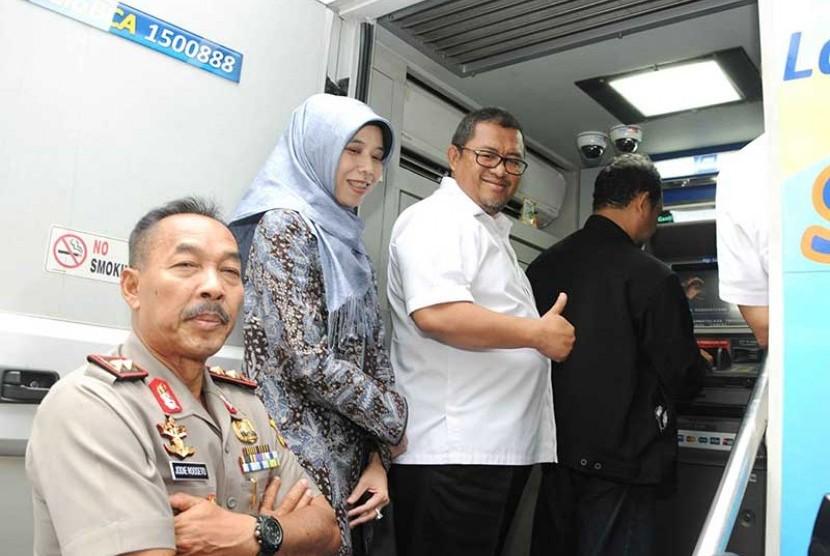 Gubernur Jabar Ahmad Heryawan (kanan) didampingi Ketua DPRD Jabar Ineu Purwadewi Sundari (tengah) sedang meninjau program e-Samsat di Bandung, belum lama ini.