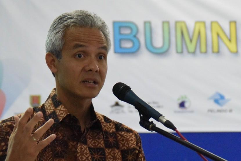 Gubernur Jateng Ganjar Pranowo menyampaikan pemaparannya pada acara BUMN Menginspirasi, di SMK Negeri Jawa Tengah, Semarang, Jateng, Kamis (8/12).