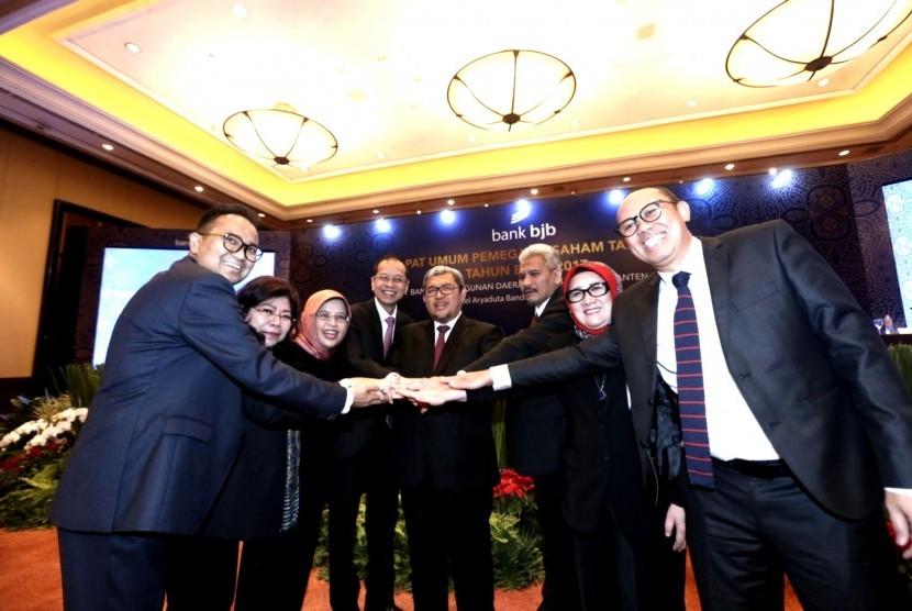 Gubernur Jawa Barat Ahmad Heryawan berfoto bersama jajaran direksi dan komisaris saat saat Rapat Umum Pemegang Saham Tahunan bank bjb Tahun 2018 di hotel Aryaduta Bandung, Rabu (28/2).