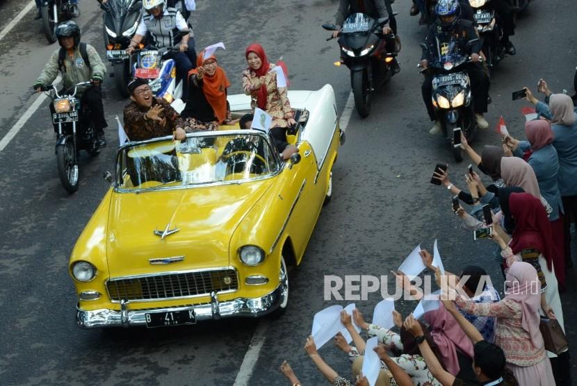 Gubernur Jawa Barat Ahmad Heryawan disambut masyarakat saat konvoi dari Stasiun Bandung menuju Gedung Sate membawa penghargaan Parasamya Purnakarya Nugraha dari Presiden Republik Indonesia atas prestasi kinerja tertinggi secara nasional, Kamis (26/4).