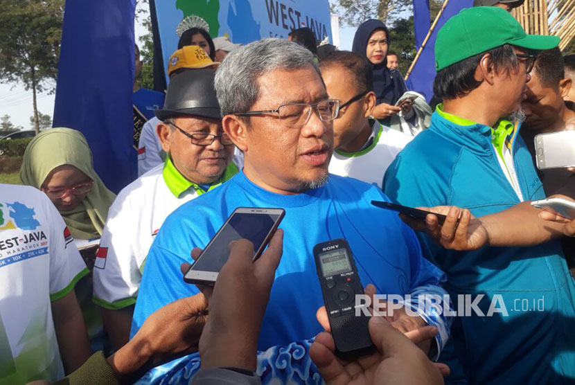 Gubernur Jawa Barat, Ahmad Heryawan melepas peserta West Java Eco Marathon 2017 kategori 10K dan 5K di garis start lapangan Tanara, Kecamatan Pangalengan, Kabupaten Bandung, Ahad (15/10).