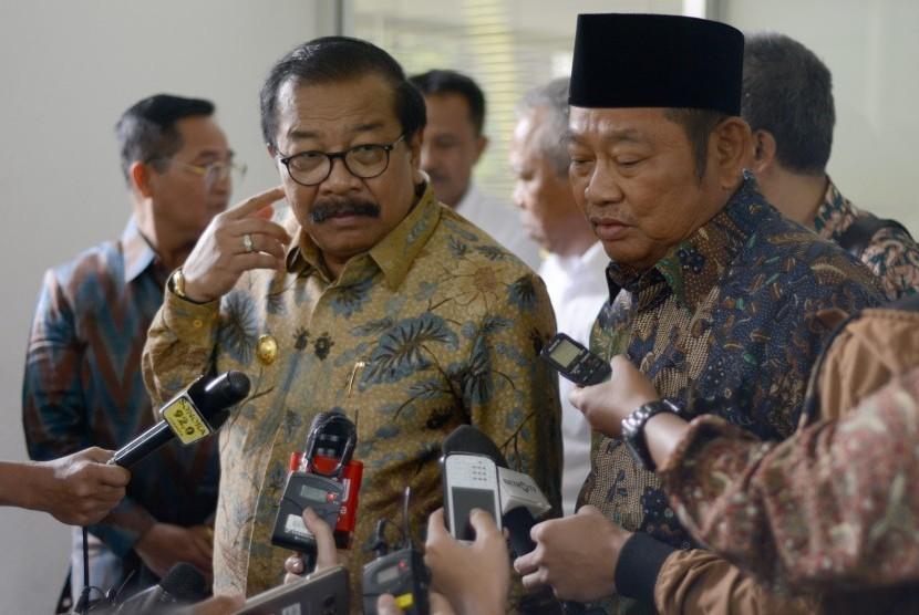Gubernur Jawa Timur Soekarwo (kiri).