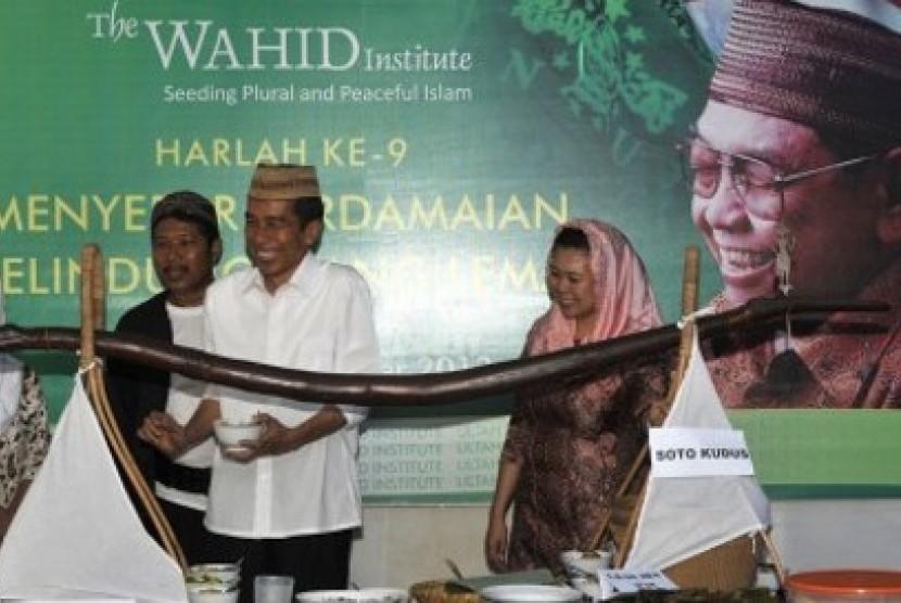 Joko Widodo (berkemeja putih) terlihat mengenakan peci milik Gus Dur, pemberian dari Sinta Nuriah Wahid