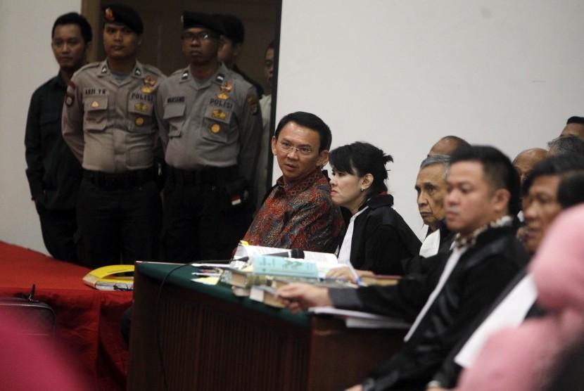 Gubernur DKI Jakarta nonaktif Basuki Tjahaja Purnama atau Ahok menjalani sidang lanjutan kasus dugaan penistaan agama di Auditorium Kementerian Pertanian, Jakarta, Selasa (24/1).