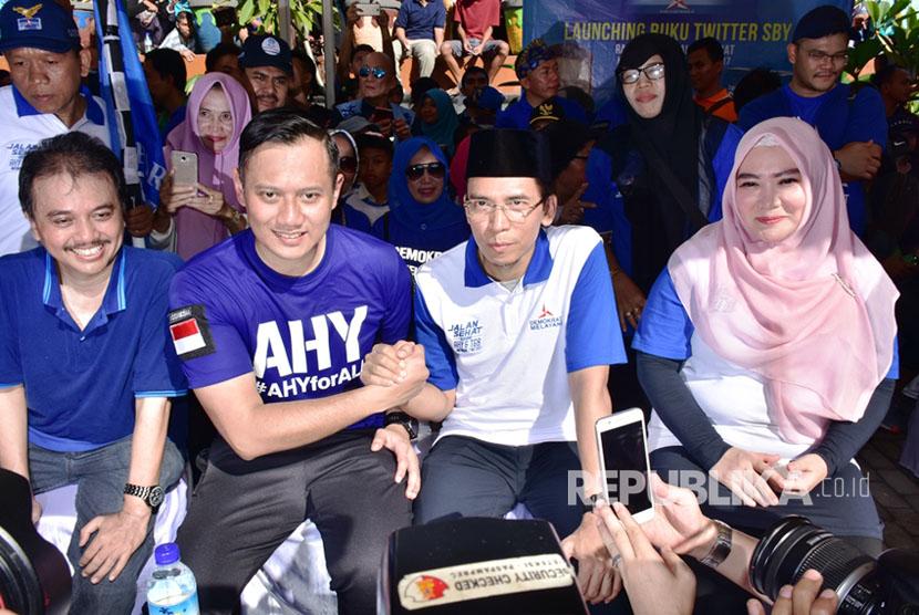 Gubernur NTB, M Zainul Majdi berpose bersama Agus Harimurti Yudhoyono saat megikuti deklarasi dan penandatanganan petisi stop hoax dan fitnah di Taman Bumi Gora, Jalan Udayana, Mataram, NTB, Ahad (7/5).