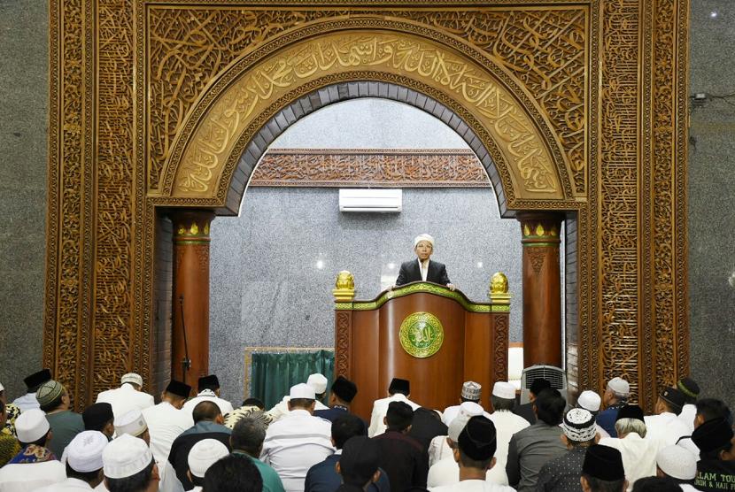 Gubernur NTB TGB Muhammad Zainul Majdi menjadi khatib shalat Jumat di Masjid Raya At Taqwa, Kota Cirebon, Jawa Barat, Jumat (2/2).