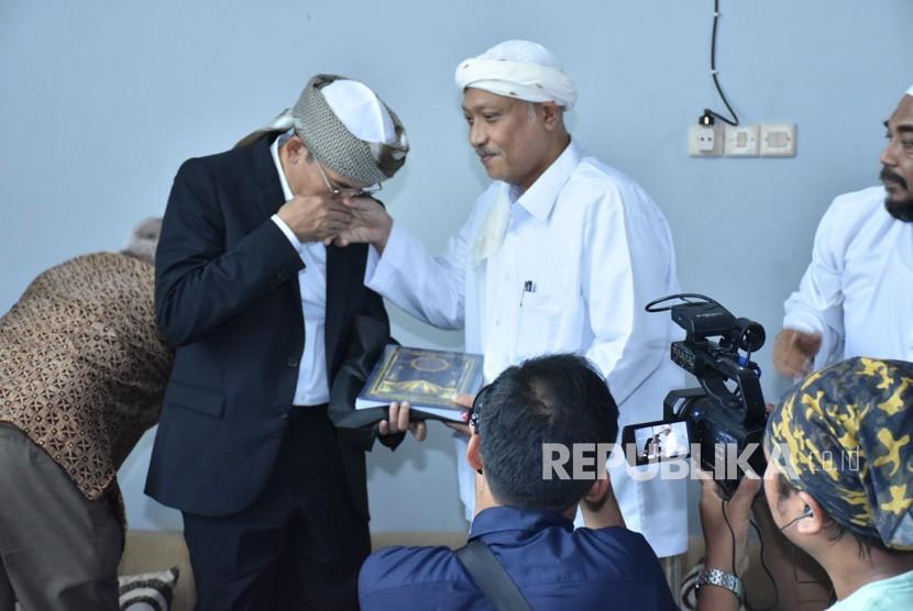 Gubernur NTB TGB Muhammad Zainul Majdi silaturahmi dengan tokoh ulama Madura KH Muhammad Rofi'i Baidhawi di Ponpes Al Hamidy, Pamekasan, Madura, Senin (12/2).