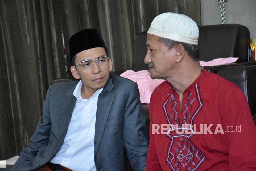 Gubernur NTB TGB Muhammad Zainul Majdi silaturahmi ke kediaman Pengasuh Pondok Pesantren Bumi Shalawat KH Agoes Ali Masyhuri di Sidoarjo, Jawa Timur, Ahad (11/2).