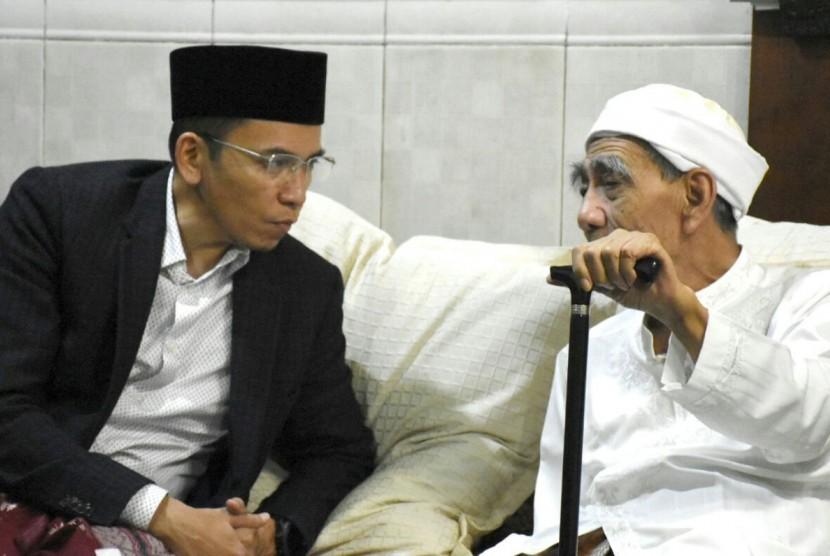 Gubernur NTB TGB Zainul Majdi mengikuti pengajian rutin Kitab Tafsir Jalalain asuhan KH Maimoen Zubair di Ponpes Al Anwar, Sarang, Kabupaten Rembang, Jawa Tengah, Ahad (18/2).
