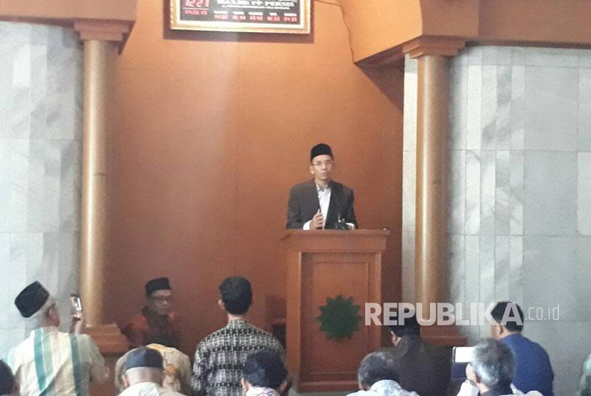 Gubernur NTB, TGH M Zainul Majdi memberikan ceramah tujuh menit seusai shalat duhur di Mesjid Persis di jalan Perintis Kemerdekaan, Kota Bandung, Ahad (4/6). Selama dua hari ke depan, TGB akan melakukan safari dakwah ke sejumlah tempat di Kota Bandung.