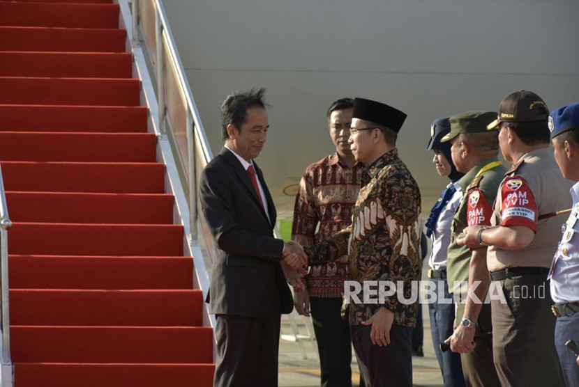 Gubernur NTB TGH Muhammad Zainul Majdi atau Tuan Guru Bajang (TGB) menyambut Presiden Joko Widodo (Jokowi) di Bandara Internasional Lombok pada Kamis (19/10) sekitar pukul 16.45 Wita.