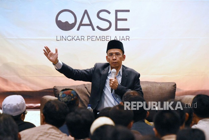 Gubernur NTB TGH Muhammad Zainul Majdi atau Tuan Guru Bajang (TGB) menyampaikan tausiah di Masjid Salman ITB, Bandung, Jawa Barat (Jabar), Jumat (16/3).