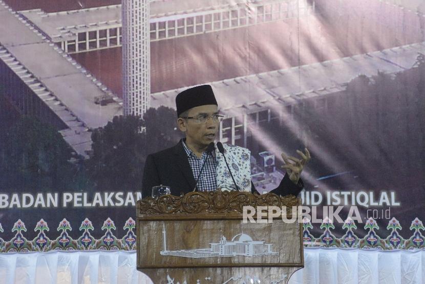 Gubernur NTB TGH Muhammad Zainul Majdi memberikan ceramah sebelum shalat tarawih di Masjid Istiqlal, Jakarta, Kamis (8/6).