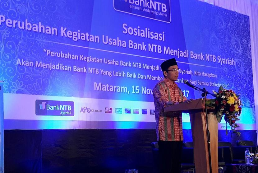 Gubernur NTB TGH Muhammad Zainul Majdi memberikan sambutan dalam sosialisasi konversi Bank NTB menjadi Bank NTB Syariah di Ballroom Islamic Center NTB, Rabu (15/11).