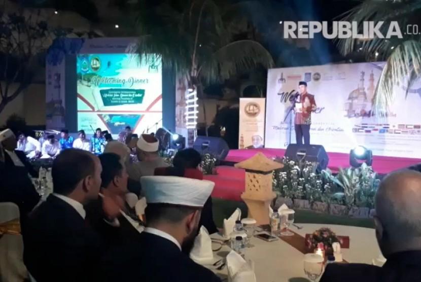 Gubernur NTB TGH Muhammad Zainul Majdi menyambut para peserta dalam jamuan makan malam di Hotel Lombok Raya, Mataram, pada Selasa (17/10) malam.