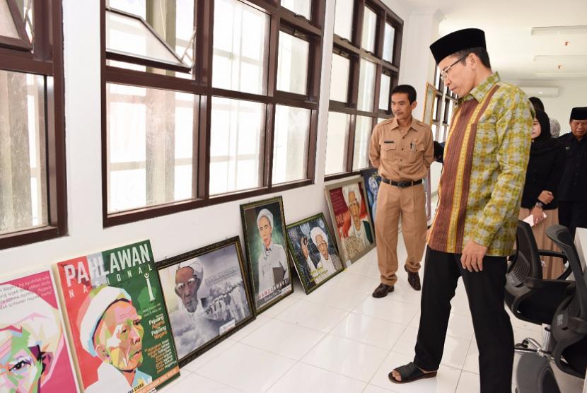 Gubernur NTB TGH Muhammad Zainul Majdi (tengah) bersama Ketua Panitia Lomba Desain Poster Maulana Syekh, Nurdin Ranggabarani di Islamic Center NTB, Selasa (12/12).