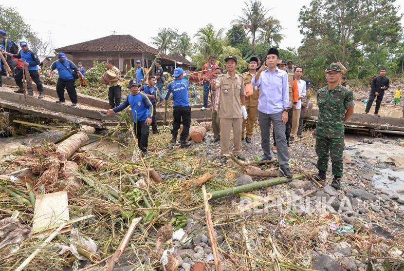 Gubernur Nusa Tenggara Barat (NTB) TGH Muhammad Zainul Majdi  atau Tuan Guru Bajang (TGB) meninjau korban banjir bandang di Desa Senyiur, Kecamatan Keruak, Kabupaten Lombok Timur, NTB, pada Selasa (21/11).