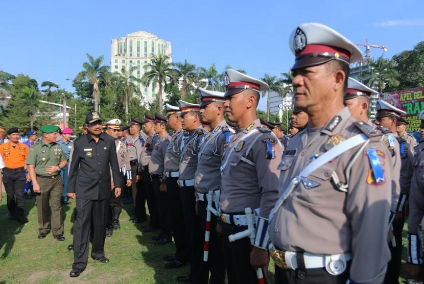Gubernur Sumatera Utara T Erry Nuradi (ketiga kiri) memeriksa pasukan pada apel gelar Pasukan Ramadniya Toba 2017, di Medan, Sumatera Utara, Senin (19/6). Apel gelar pasukan tersebut melibatkan unsur Polri, TNI dan Dishub yang akan bertugas mengamankan lingkungan masyarakat selama merayakan Idul Fitri 1438 H