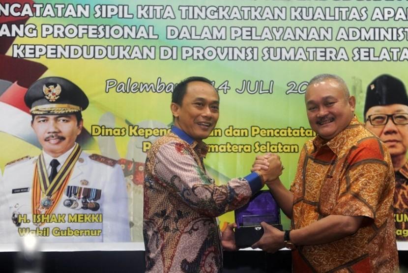Gubernur Sumsel Alex Noerdin dan Dirjen Kependudukan dan Pencatatan Sipil Kemendagri Zudan Arif Fakhrullah pada rapat teknis pembukuan pembinaan aparatur sipil, Jumat (14/7) di Palembang